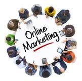 Hombres de negocios multiétnicos con el márketing en línea Fotografía de archivo libre de regalías