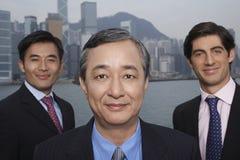 Hombres de negocios multiétnicos confiados al aire libre Imagen de archivo libre de regalías