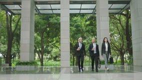 Hombres de negocios multiétnicos de la llegada que habla que camina el trabajo