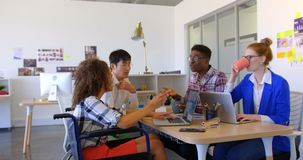 hombres de negocios Multi-étnicos que obran recíprocamente con uno a en la oficina moderna 4k almacen de video