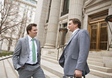 Hombres de negocios o abogados confidentes sonrientes Fotografía de archivo
