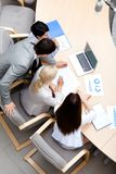 Hombres de negocios ocupados en la reunión. Visión superior Foto de archivo
