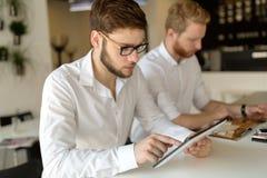 Hombres de negocios ocupados que trabajan en rotura fotografía de archivo libre de regalías