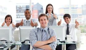 Hombres de negocios positivos con los pulgares para arriba imágenes de archivo libres de regalías