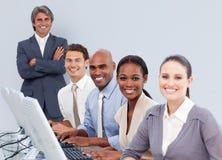 Hombres de negocios positivos que trabajan en un centro de atención telefónica Imagen de archivo