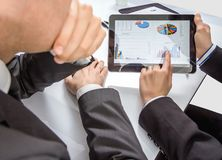 Hombres de negocios que analizan documentos en una reunión Fotografía de archivo libre de regalías