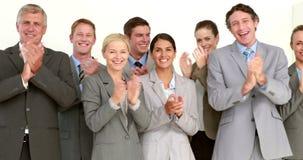 Hombres de negocios que aplauden delante de cámara metrajes