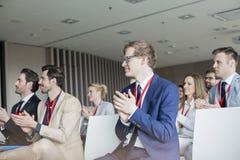 Hombres de negocios que aplauden durante seminario Imagenes de archivo