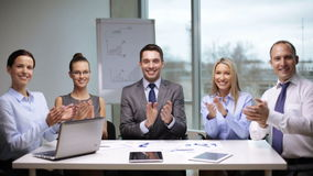 Hombres de negocios que aplauden en la reunión almacen de metraje de vídeo