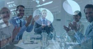 Hombres de negocios que aplauden en una oficina 4k almacen de video