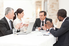 Hombres de negocios que aplauden en una reunión Imágenes de archivo libres de regalías