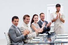 Hombres de negocios que aplauden a un colega Imagen de archivo libre de regalías