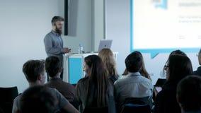 Hombres de negocios que aumentan allí la mano para arriba en una conferencia para contestar a una pregunta almacen de metraje de vídeo