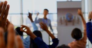 Hombres de negocios que aumentan sus manos en el seminario 4k del negocio almacen de metraje de vídeo