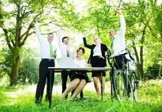 Hombres de negocios que aumentan sus manos en un Eco pi temático amistoso Imagenes de archivo