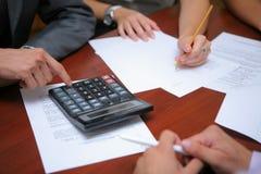 Hombres de negocios que calculan el presupuesto Imágenes de archivo libres de regalías