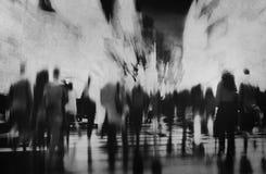 Hombres de negocios que camina de la hora punta del concepto de conmutación de la ciudad imagen de archivo