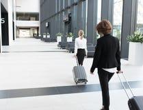 Hombres de negocios que caminan en aeropuerto Fotografía de archivo libre de regalías
