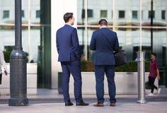 Hombres de negocios que caminan en el cuadrado de Canary Wharf Londres, Reino Unido Fotografía de archivo