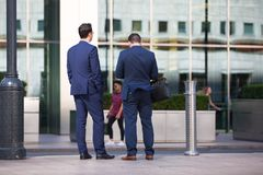 Hombres de negocios que caminan en el cuadrado de Canary Wharf Londres, Reino Unido Fotos de archivo