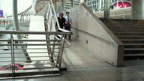 Hombres de negocios que caminan en la calle