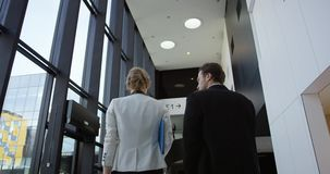 Hombres de negocios que caminan en pasillo almacen de metraje de vídeo