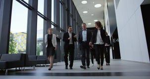 Hombres de negocios que caminan en pasillo