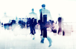 Hombres de negocios que caminan en una ciudad Scape Imagen de archivo