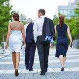 Hombres de negocios que caminan junto al destino Fotografía de archivo