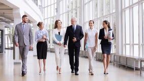 Hombres de negocios que caminan a lo largo del edificio de oficinas 3 almacen de video