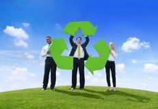 Hombres de negocios que celebran el reciclaje de símbolo Imagenes de archivo