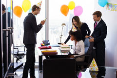 Hombres de negocios que celebran la fiesta de cumpleaños del colega en oficina Fotos de archivo libres de regalías