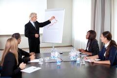 Hombres de negocios que celebran una conferencia en la oficina imagenes de archivo