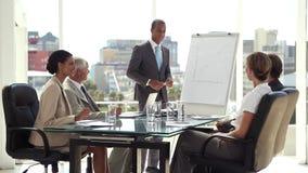 Hombres de negocios que charlan antes de la presentación almacen de video
