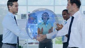 Hombres de negocios que cierran un trato contra conexiones de datos y el globo digital metrajes