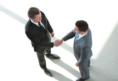 Hombres de negocios que cierran un trato y un apretón de manos en la oficina Foto de archivo
