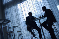 Hombres de negocios que comen café foto de archivo libre de regalías