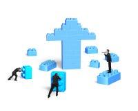 Hombres de negocios que construyen bloques de la pila en flecha encima de la forma Imagenes de archivo
