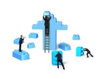 Hombres de negocios que construyen bloques de la pila en flecha encima de la forma Imagen de archivo libre de regalías