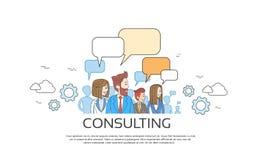 Hombres de negocios que consultan al grupo que habla discutiendo la red del Social de la comunicación de la charla Fotos de archivo
