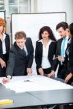 Hombres de negocios que discuten bosquejo del plan de la arquitectura imagenes de archivo