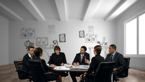 Hombres de negocios que discuten en la oficina metrajes