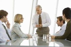Hombres de negocios que discuten en la sala de conferencias Foto de archivo