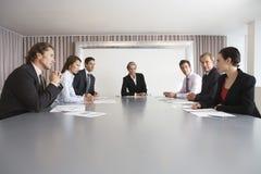 Hombres de negocios que discuten en la sala de conferencias foto de archivo libre de regalías