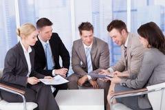 Hombres de negocios que discuten en oficina Fotografía de archivo