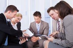 Hombres de negocios que discuten en oficina Imágenes de archivo libres de regalías