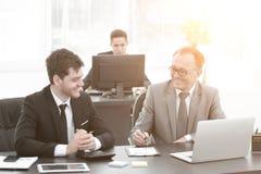 Hombres de negocios que discuten la acción del documento en la oficina Imagen de archivo