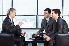 hombres de negocios que discuten la política de la compañía imagen de archivo