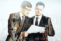 Hombres de negocios que discuten multiexposure del contrato foto de archivo