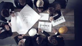 Hombres de negocios que discuten proyectos de construcción almacen de video